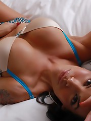 Gorgeous Foxxy stripping on the bed